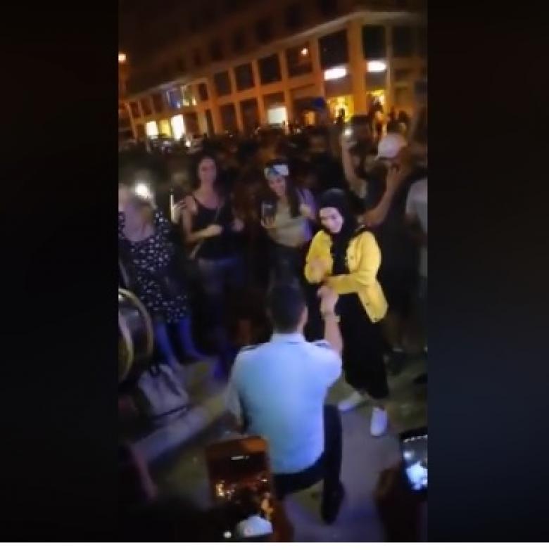 """لبنان: وسط المظاهرة """"طلب يدها"""" للزواج"""