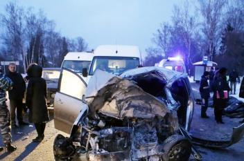 لحظة وقوع حادث قاتل في موسكو بمشاركة ست سيارات
