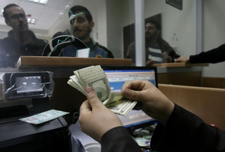 صرف دفعة مالية لموظفي غزة الأربعاء