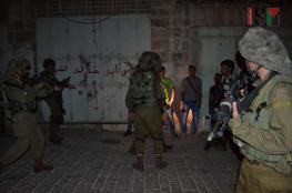 الاحتلال يعتقل شقيقين من بيت أمر