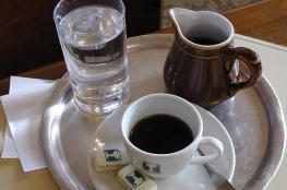 السر وراء تقديم كأس الماء مع القهوة