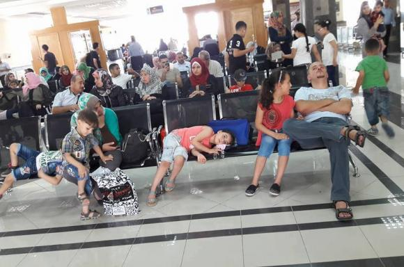 مسافرون فلسطينيون بانتظار فتح معبر رفح من قبل السلطات المصرية