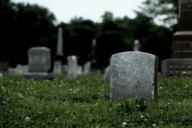 """صورة """"مؤلمة"""" لعروس عند قبر عريسها"""
