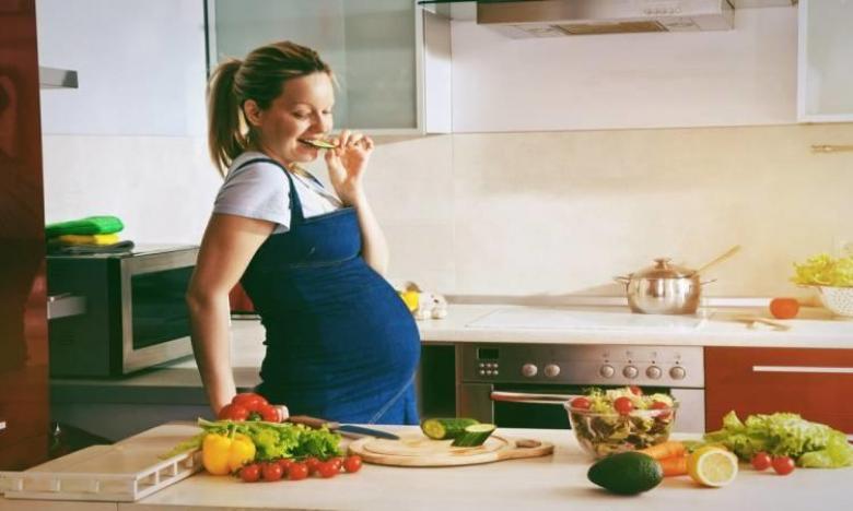 """دراسة تحذر النساء الحوامل من شعار """"الأكل من أجل اثنين"""""""