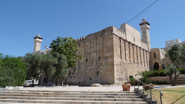 """مستوطنون يرفعون أعلام """"إسرائيل"""" على جدران المسجد الإبراهيمي"""
