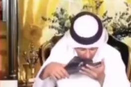 مذيع إماراتي يقبّل نعلا لمحمد بن زايد