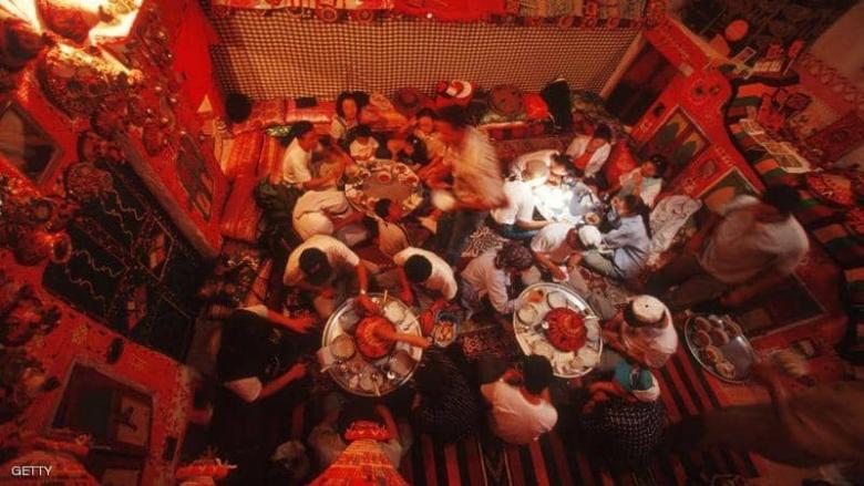 ماذا يحدث حين نأكل مع الأصدقاء؟