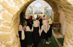 طالبات دير البلح يقبلن على مكتبة الخضر التاريخية
