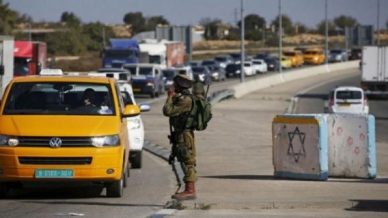 """الاحتلال يمنع المواطنين من عبور """"الكونتينر"""" ما تسبب بأزمة خانقة"""