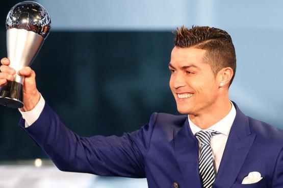 """رونالدو يعلن """"فعلياً"""" خسارة جائزة أفضل لاعب في العالم"""
