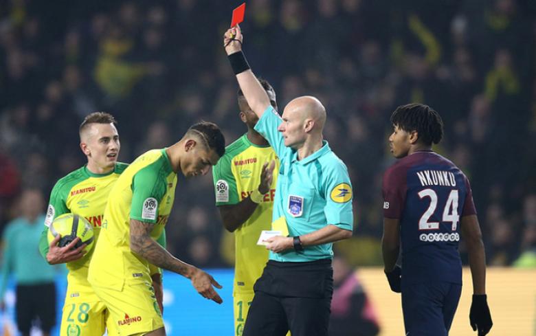 إيقاف حكم فرنسي بعد ركله أحد اللاعبين