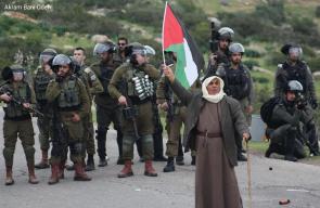 فلسطيني يقف في وجه جنود الاحتلال لمنعهم من مصادرة أرضه