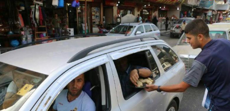 توزيع الحلوى ابتهاجاً بعملية القدس يغضب الإسرائيليين