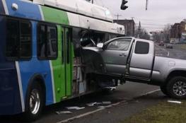 كاميرا داخل حافلة توثق لحظة اصطدامها بشاحنة