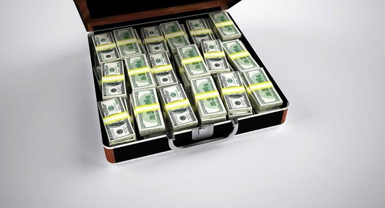 ملياردير يسحب 10 ملايين دولار من البنك للنظر إليها فقط