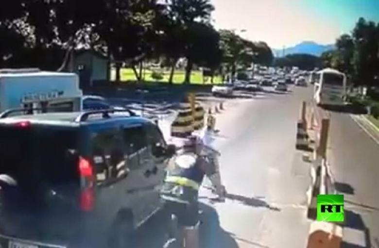 رجل يصطدم بدراجة هوائية بشكل مروع!