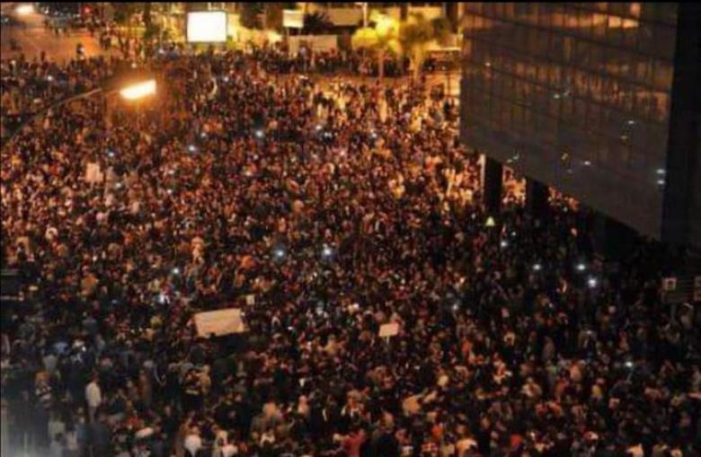 """الجيش يوزع الماء ومتظاهرون يحرقون """"رست هاوس"""" بلبنان"""