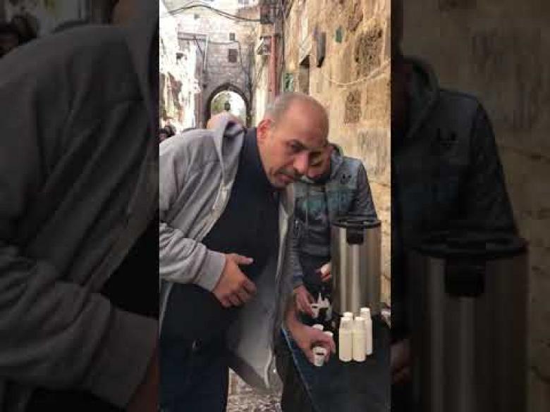 """في القدس.. """"قهوة مقابل الصلاة على النبي"""""""