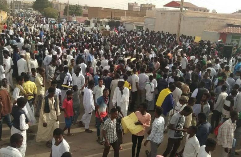 آلاف السودانيين يواصلون الاعتصام أمام مقر وزارة الدفاع
