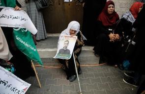 أهالي الأسرى في غزة أثناء وقفة تضامنية مع الأسير الشهيد بسام السايح