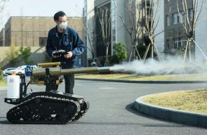 الصين تستعين بروبوت لتعقيم الأماكن العامة من فيروس