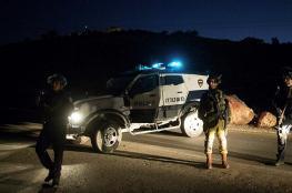 الاحتلال يعتقل فلسطينياً بعد إطلاق النار على مركبته بالخليل