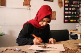 """""""مريم"""".. رغم الإعاقة تبدع فن الحرق على الخشب"""