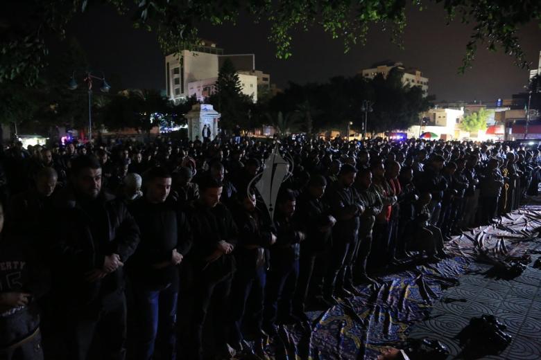 آلاف الغزيين يؤدون صلاة العشاء في الساحات العامة نصرة للقدس