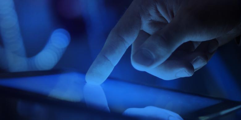 """دراسة: ضوء الأجهزة الإلكترونية الأزرق """"سم"""" فتّاك بالعيون"""