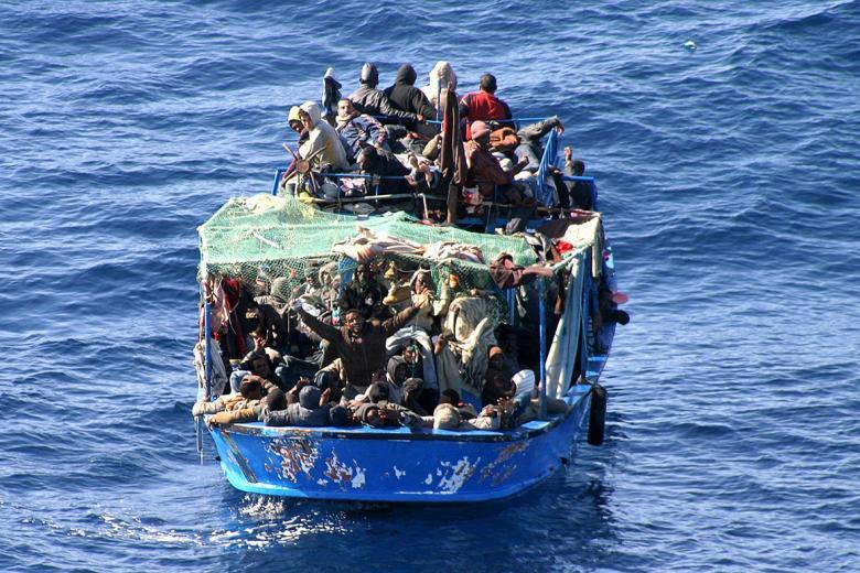 مصرع 4 أشخاص وفقدان آخرين بعد غرق قارب للهجرة غربي تركيا
