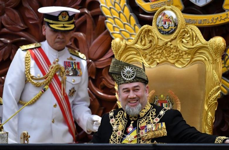 ملك ماليزيا يتنحى بعد شهرين من زواجه ملكة جمال روسية