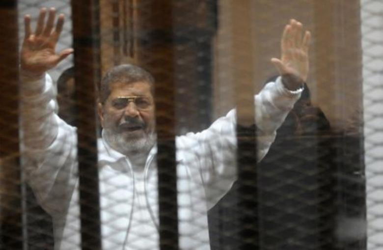مرسي يصرخ خلال محاكمته: أنا مش سامع حاجة