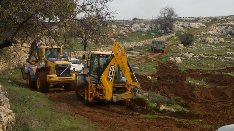 مستوطنون يحاولون شق طريق بأراضي المواطنين شرق الخليل