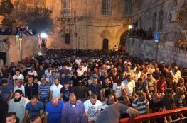 عشرات المصلين يؤدون صلاة المغرب عند باب الأسباط
