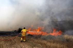 حرائق في 5 مناطق بغلاف غزة جراء الطائرات الحارقة