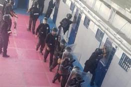 سلطات الاحتلال تنقل قيادات من الحركة الأسيرة للعزل الانفرادي