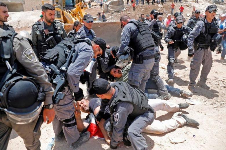 """الاحتلال يقتحم """"الخان الأحمر"""" ويحاصر المعتصمين في المدرسة"""