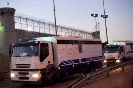 الاحتلال ينقل 18 أسيرًا من ريمون إلى نفحة