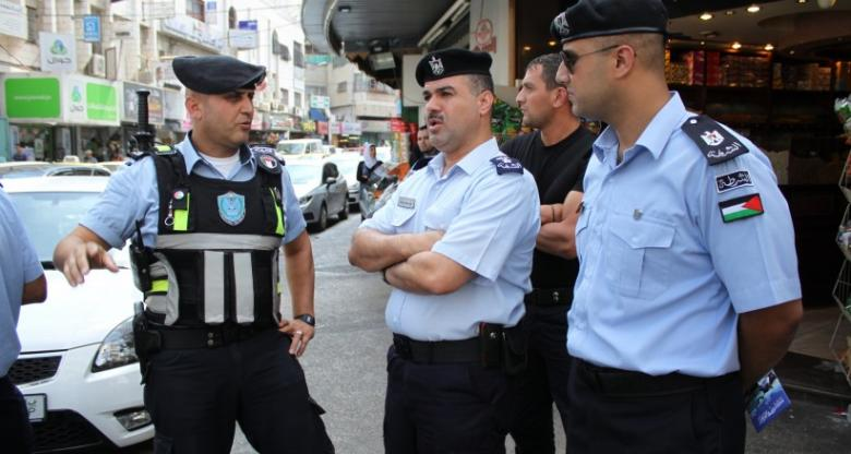 الشرطة تضبط حافلة حمولتها القانونية 19 راكبا تقل 39 طالبا في الخليل