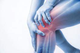 علاج آلام الركبة عند الشباب بالطرق الطبيعية وبالأدوية