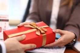 أصول تقديم الهدايا للزملاء