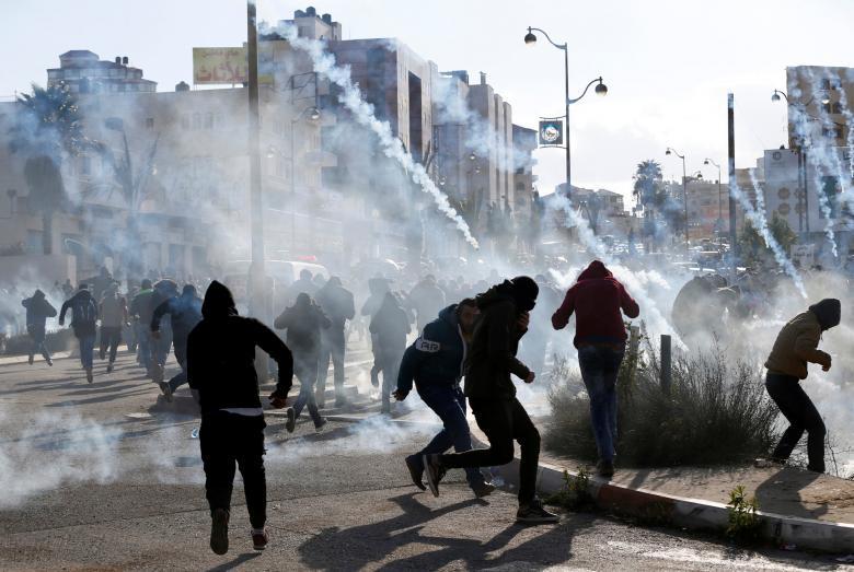 إصابات بالاختناق لطلبة عوريف خلال مواجهات مع الاحتلال بنابلس