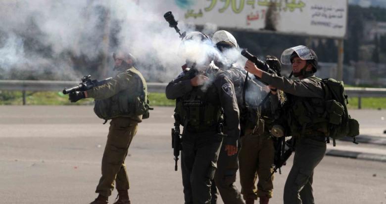 قوات الاحتلال تعتقل شابين وتعتدي على الصحفيين شمال الخليل