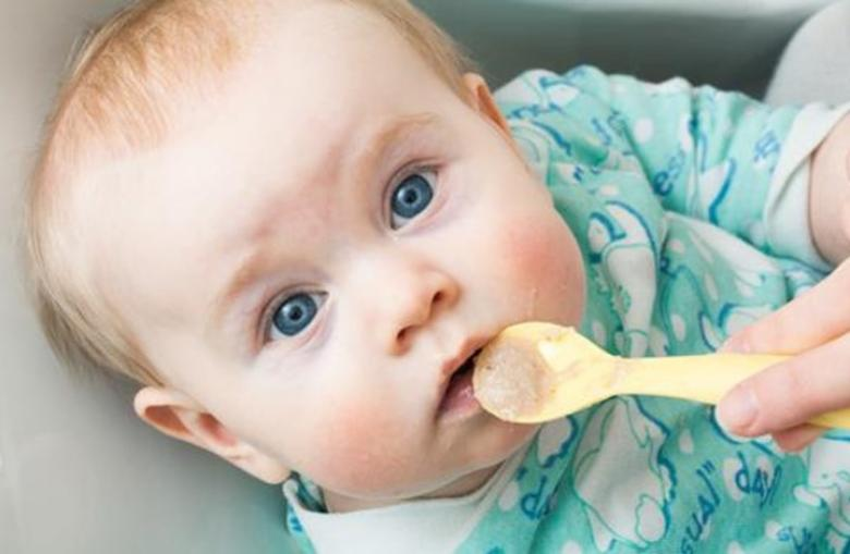 لماذا لا يجب إضافة السكر أو الملح بطعام الطفل الرضيع؟