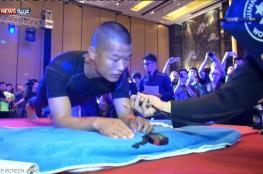 ضابط صيني يقف على ذراعيه لمدة 8 ساعات