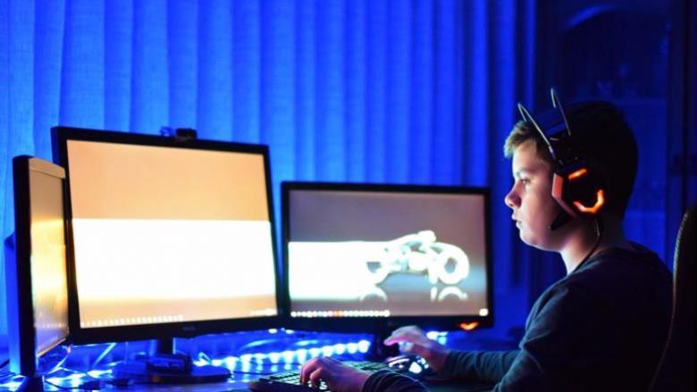 ماذا تعرفين عن أعراض متلازمة الشاشات الإلكترونية لدى طفلك؟
