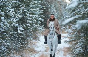 رئيس كوريا الشمالية يمتطي حصانا أبيضا في إحدى مناطق بلاده الجبلية