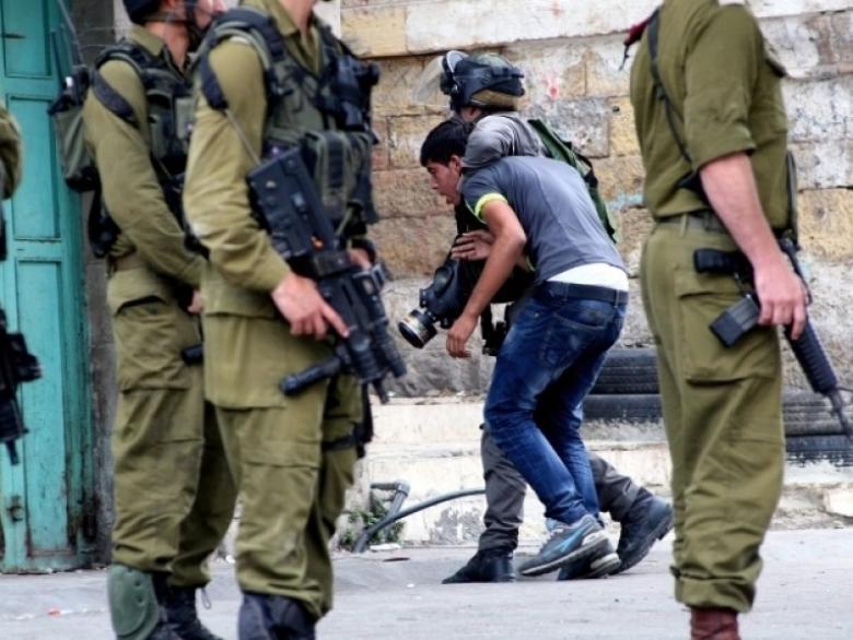 الاحتلال ينكل بالمواطنين ويجبرهم على خلع ملابسهم في الخليل