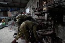 الاحتلال يزعم ضبط أسلحة وأموال بمداهمات الضفة