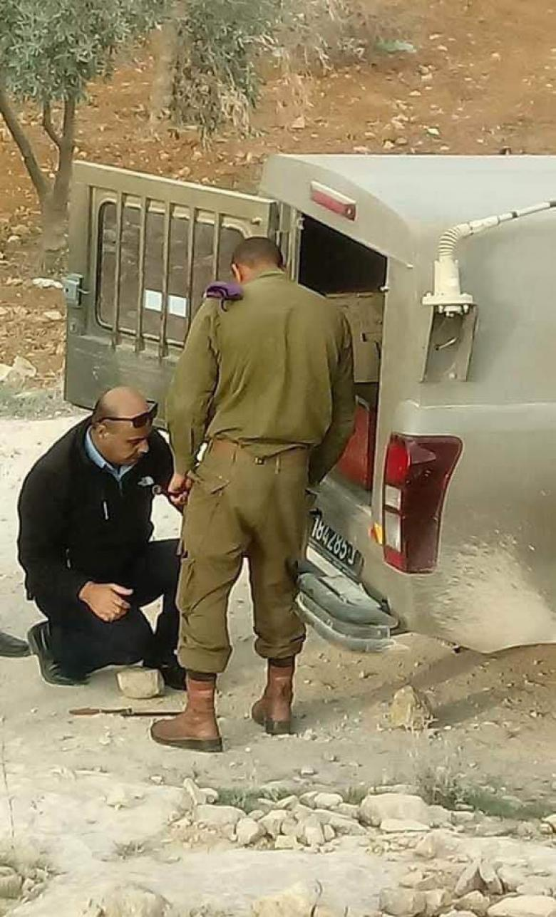 قائد شرطة الخليل في خدمة جنود الاحتلال